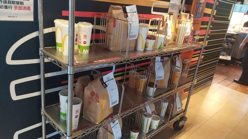 麥當勞架上堆滿餐點。(擷取自外送員的奇聞怪事)