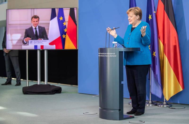 美國國家安全局被爆,透過丹麥的海底電纜竊聽德國、瑞典、挪威和法國的政要,法國總統馬克宏(圖左)與德國總理梅克爾(圖右)要求美國及丹麥政府對此出面說明,並強調盟國之間不容許這樣的事情發生。(歐新社)