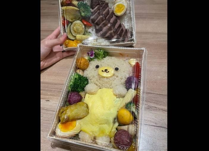 高雄的某間餐廳因為便當的小熊造型「太可愛」而收到客訴。(圖取自「Google地圖評分」)