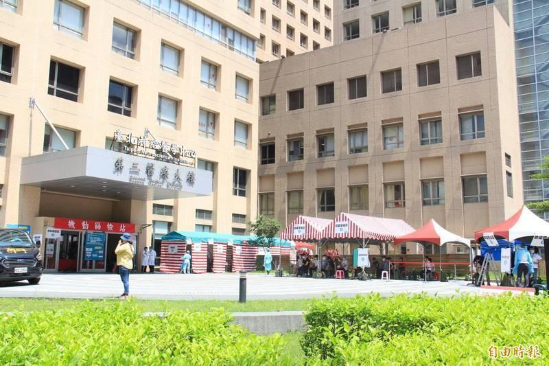 雙和醫院負壓隔離病房5月31日上午竟有確診者涉嫌持刀攻擊護理師。(記者邱書昱攝)