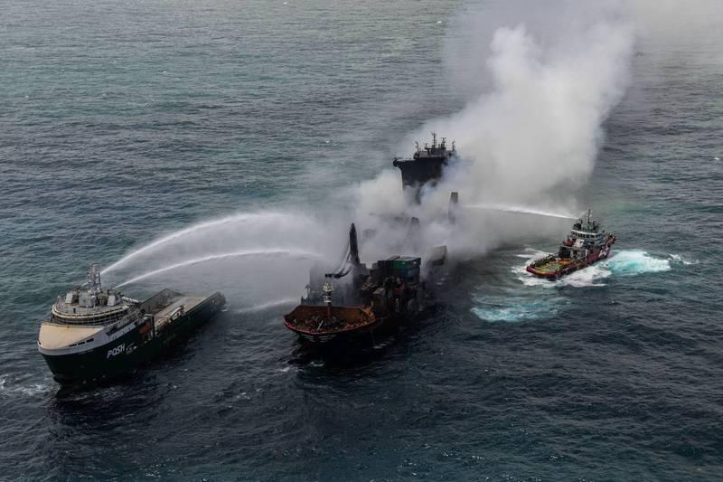 貨櫃輪「MV X-Press Pearl」,5月20日行經斯里蘭卡海域時突然起火,在經過13天的國際行動後,今(1)日終於撲滅火勢。(路透)