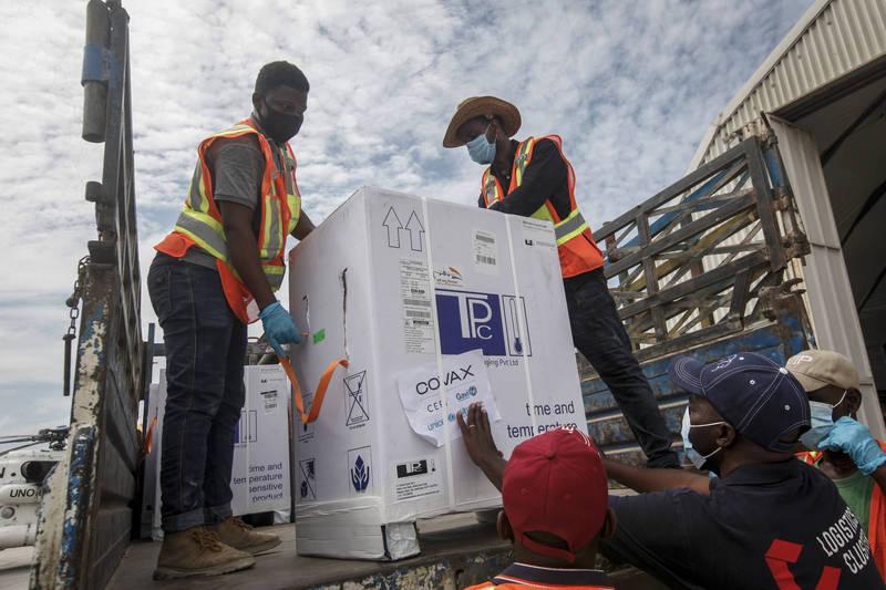 世界衛生組織、世界銀行、國際貨幣基金及世界貿易組織等4大全球組織領導人投書《華盛頓郵報》,呼籲各國政府「必須做出新承諾」,要更公平分配疫苗。圖為透過COVAX分配的疫苗運抵非洲國家索馬利亞。(美聯社檔案照)
