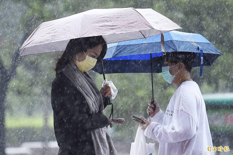氣象局指出,今日受滯留鋒面影響,全台皆有降雨。(資料照)