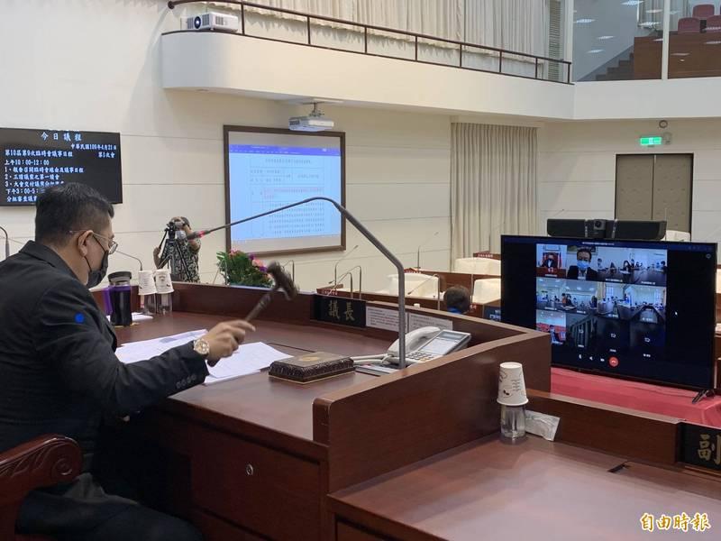 新竹市議會在去年4月間召開臨時會,受武漢肺炎疫情影響,即啟用視訊會議,由議長許修睿在議事廳內主持會議,而議會則有八個分區視訊地點。(資料照,記者洪美秀攝)