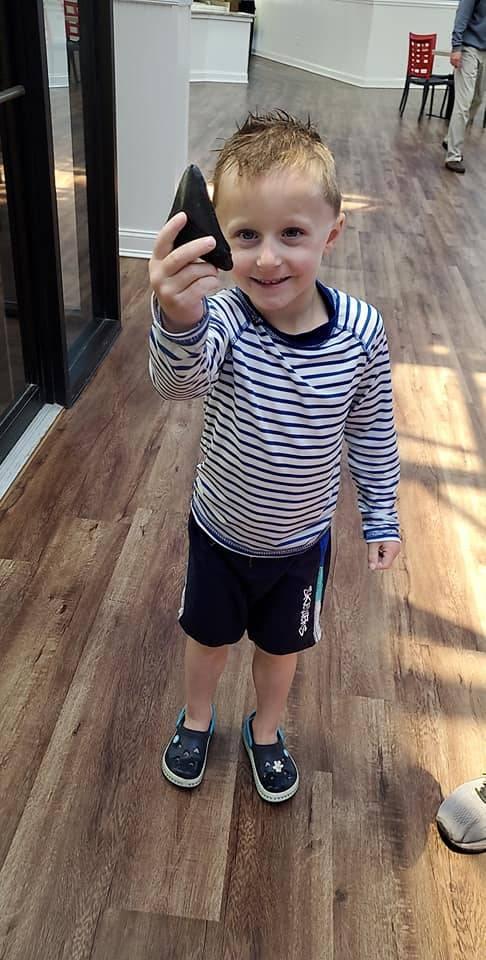 美國男童德魯日前去默特爾海灘遊玩慶生時,意外撿到一塊「心型石頭」。(圖翻攝自Marissa Drew臉書)