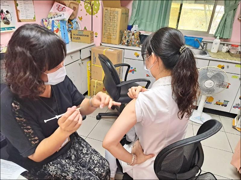 嘉義市西區衛生所為護理人員接種AZ疫苗。(記者王善嬿翻攝)
