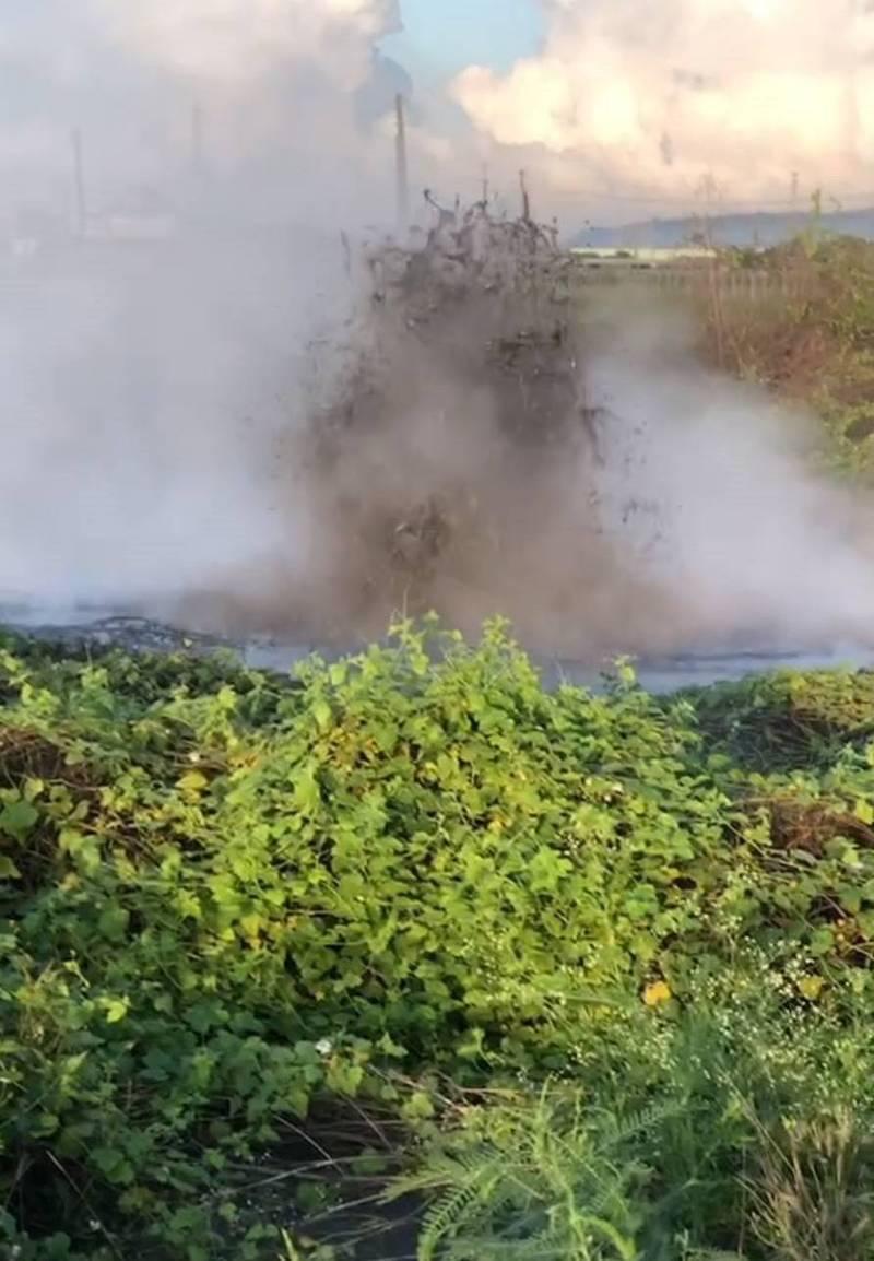 萬丹泥火山今天清晨噴發。(陳玉意提供)