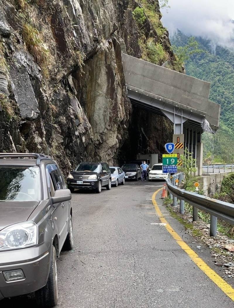 中橫便道19公里處因落石擋道,台電10多輛車昨受阻,只好繞道合歡山。(民眾提供)