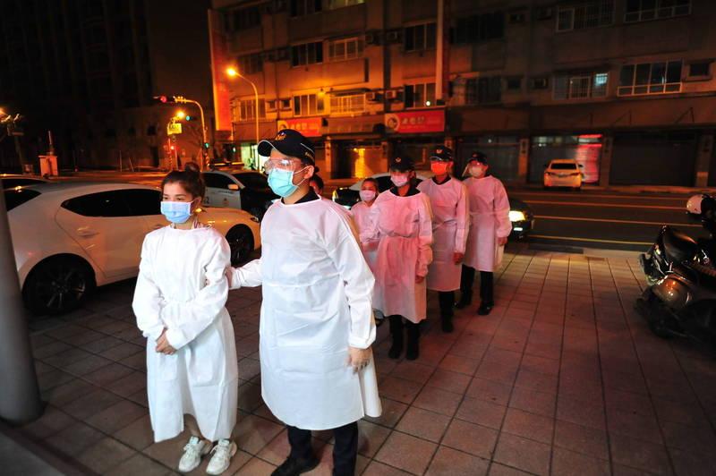 警方逮捕越南籍的應召女。(記者王捷攝)