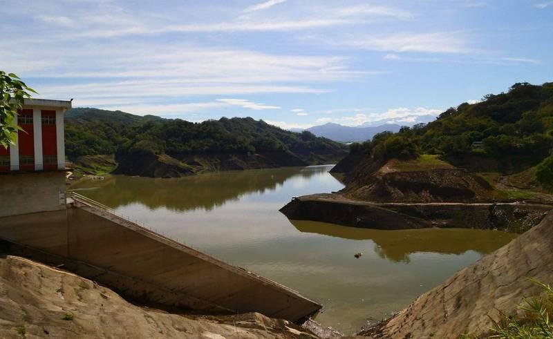 鯉魚潭水庫此波梅雨大進補,蓄水率在今天上午9點回升突破10%,4天水庫已回升13.7米。(記者陳建志翻攝)
