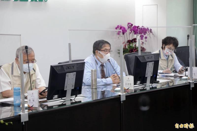 台南市長黃偉哲今日持續邀集局處首長召開一級指揮中心防疫會議,專家提醒此波疫情本土確診有高齡化趨勢,建議政府須做好輕、中、重症分流的應變措施。(資料照)