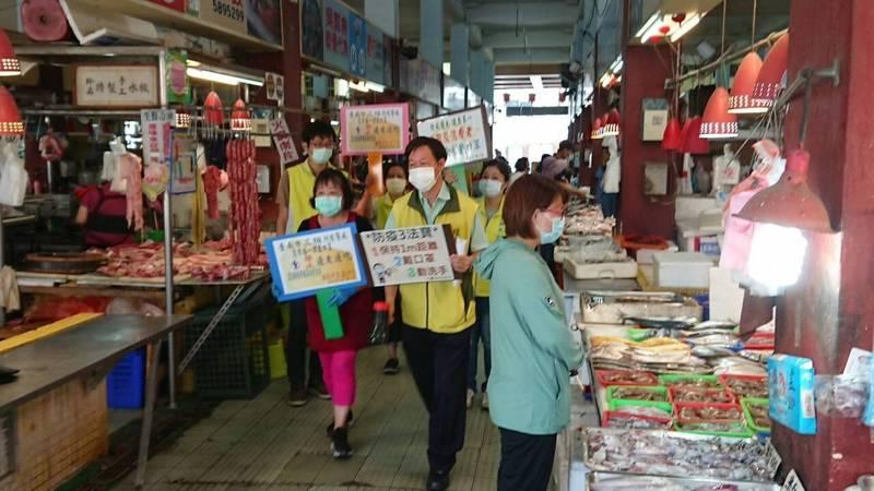 南市府每天派出100多名人力到各市場門口宣導防疫措施。(台南市政府提供)