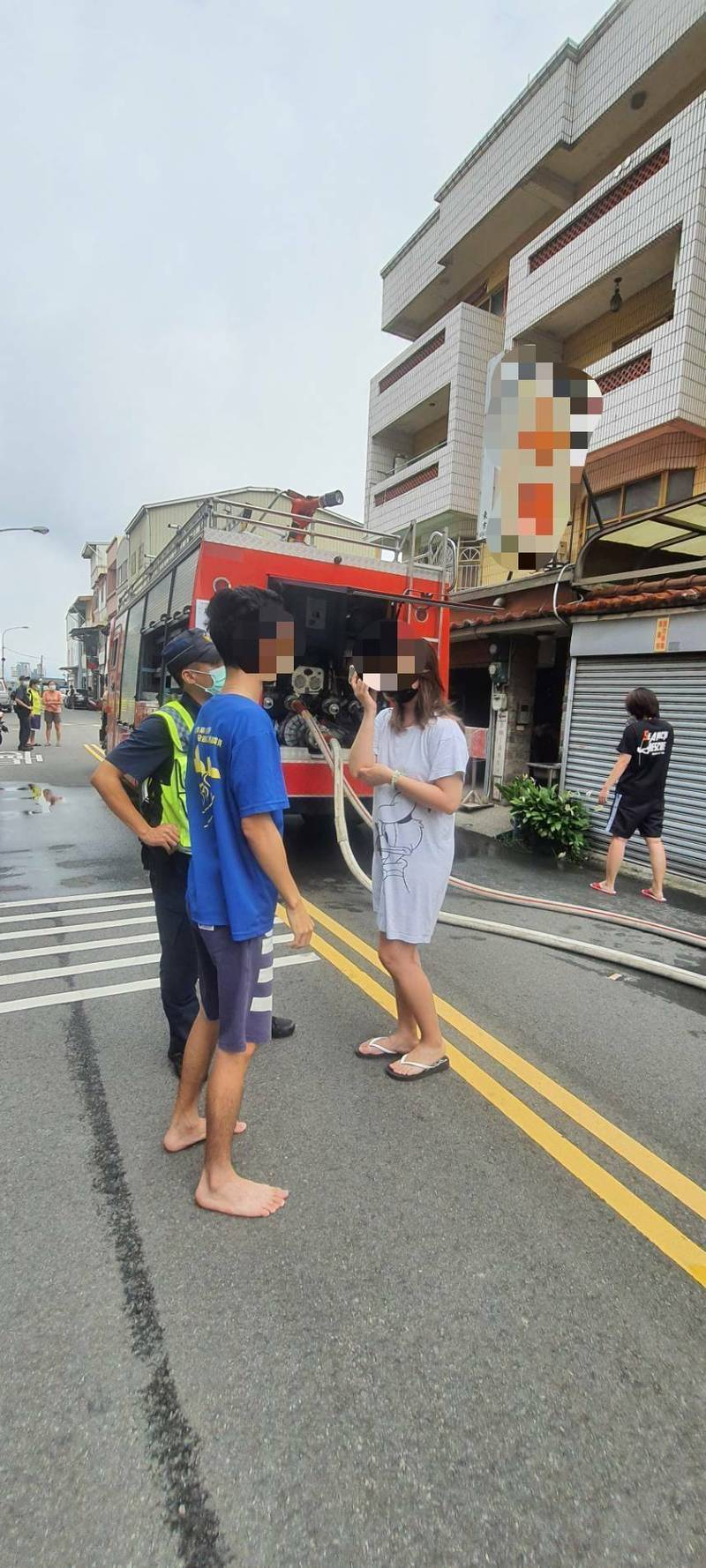 竹南民宅3樓突冒煙,姊姊喊「弟弟快跑」。(記者蔡政珉翻攝)