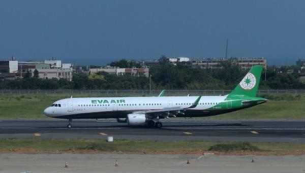 一名陳姓旅客5月31日搭乘立榮航空B7-511松山飛往廈門航班,疑似擅自脫離檢疫處所,持PCR核酸檢測陽性報告至機場登機劃位。(長榮航空提供)