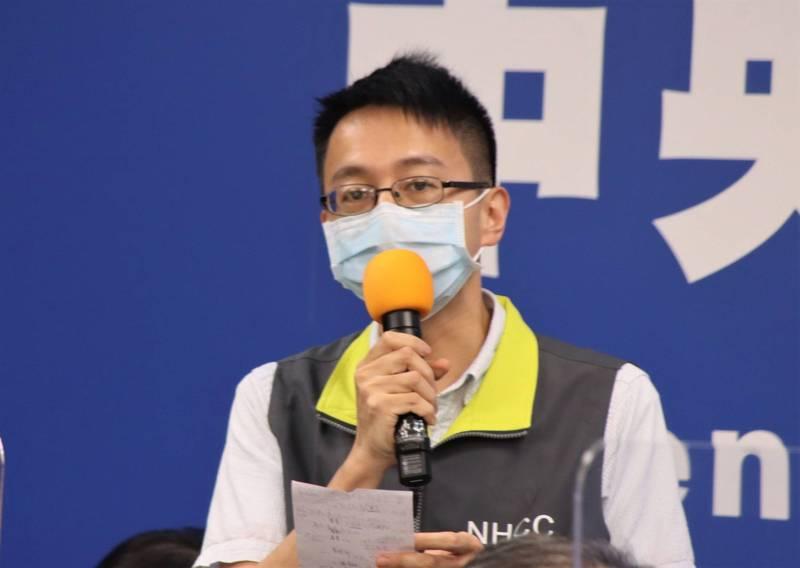 指揮中心今日公布,目前嚴重肺炎或急性呼吸窘迫症候群已達1303人,60歲以上的重症更已達到3成。圖為指揮中心醫療應變組副組長羅一鈞說明。(圖由指揮中心提供)