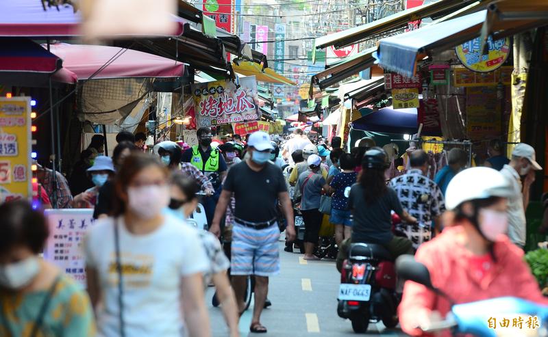 台灣兒童感染症醫學會理事長邱南昌表示,市場的感染風險,是因為人多、擁擠、未確實戴好口罩,最重要的還是戴口罩、勤洗手,不要摸口鼻。(資料照)