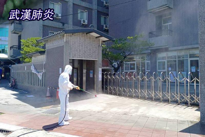 京元電子爆發群聚感染,縣府環保局就廠區周邊的戶外公共區域,全面消毒。(環保局提供;本報合成)