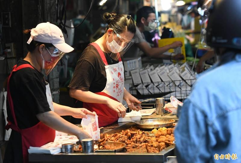 行政院長蘇貞昌今天拍板再擴大紓困4.0補助範圍,合計約60萬人受惠。圖為台北市傳統市場自營攤商。(記者廖振輝攝)