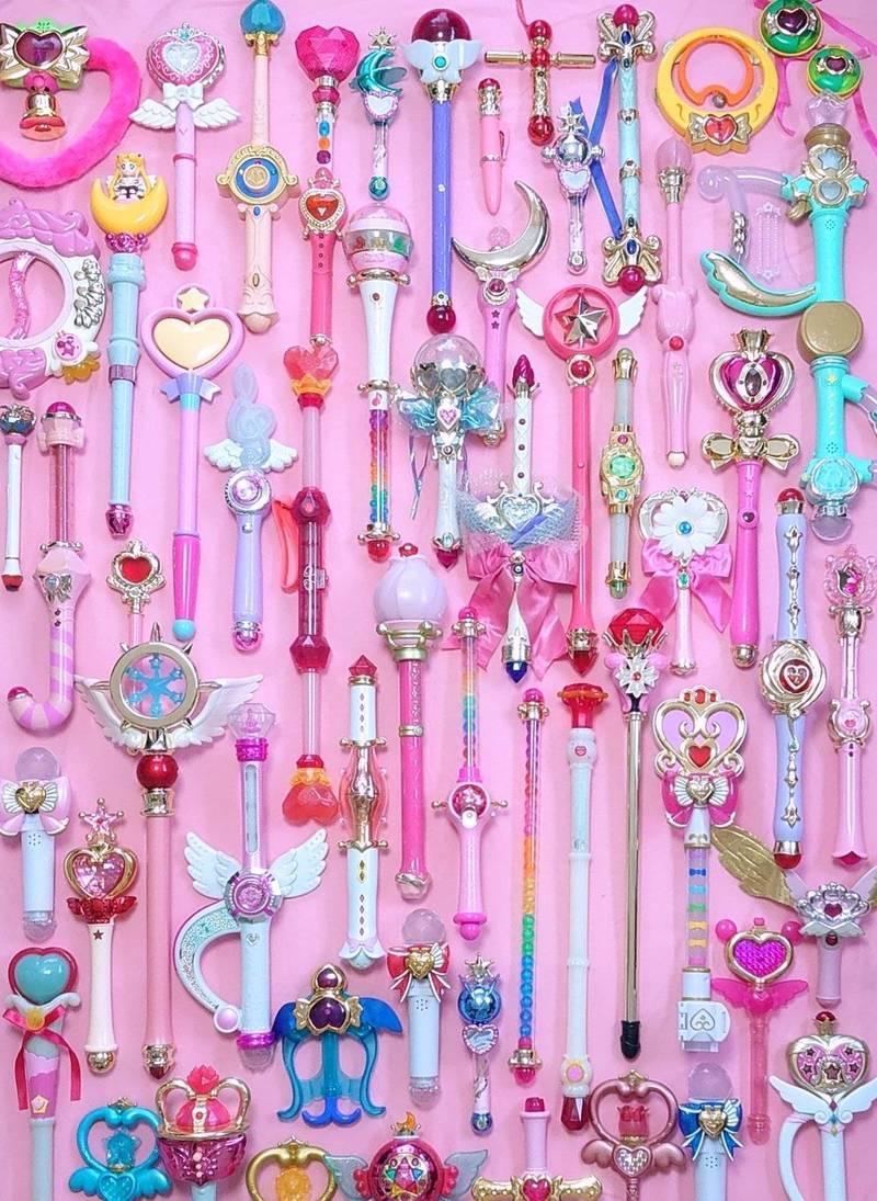 日本網友貼出自己至今珍藏的魔法棒,讓人嘆為觀止,吸引不少網友前來討論。(圖取自推特「@_magical_pink_」)