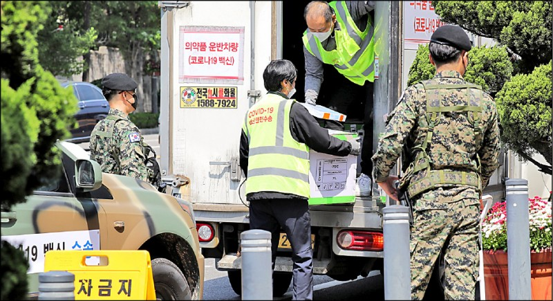 南韓軍警五月十三日護送一輛冷凍運輸車,運送輝瑞疫苗到首爾龍山區辦公室。 (歐新社檔案照)