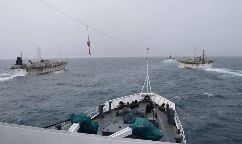 2018年2月阿根廷官方公佈,懸掛中國旗的中國漁船「京元626」(Jing Yuan 626,圖右二),被發現闖入阿根廷專屬經濟區內非法捕魚,在其他中國旗船隻協助下,躲避阿根廷海岸巡防隊的追緝。(法新社檔案照)