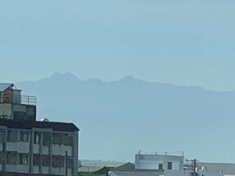 彰化縣有花壇、大村鄉民今天從街道遠眺,用肉眼就能看到遠方主峰,直呼美呆了。(記者湯世名翻攝)