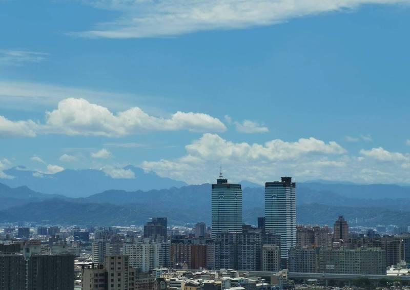 前幾天梅雨讓空氣品質變佳,中部地區連日豔陽高照,視野相當清晰,從住家可遠眺高山。 (廖姓民眾提供)