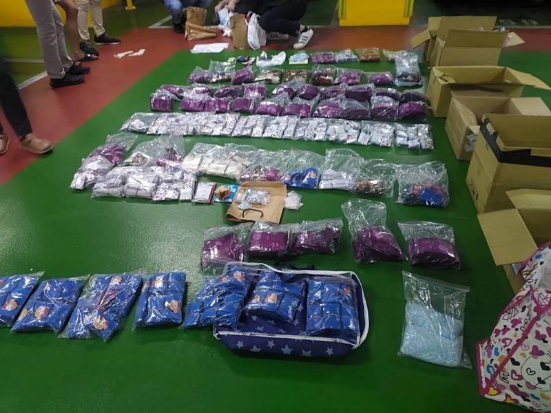 警方起獲9大箱的7906包毒咖啡、2公斤多的K他命,以及混合類毒品疑半成品(含安非他命及搖頭丸成分)、藍色藥丸(初驗含MDMA及苯二氮平類成分)等大批毒品。(記者邱俊福翻攝)