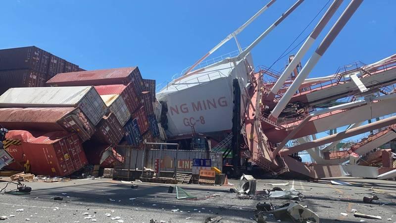 高雄港發生貨輪撞上起重機事件,2人員一度受困。(圖:民眾提供)