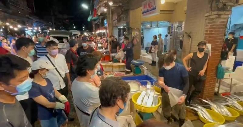 基隆市崁仔頂漁市為北台灣重要漁貨批發場所,不過此刻全國進入三級警戒,被民眾質疑沒有保持安全距離,恐成防疫破口。(記者俞肇福翻攝)