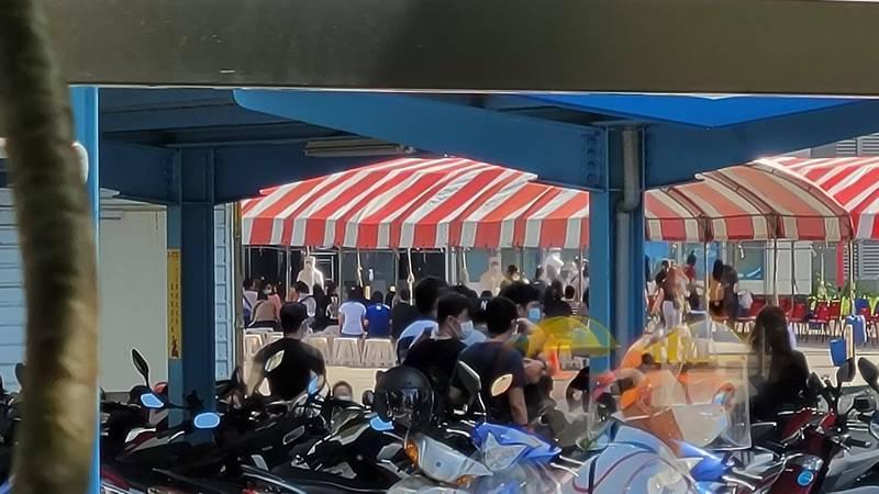 京元電移工群聚感染今增32例。圖為京元電廠區內今日快篩畫面。(民眾提供)