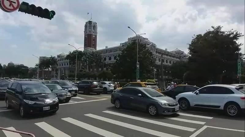 車輛將總統府前重慶南路擠得水洩不通。(記者王冠仁翻攝)
