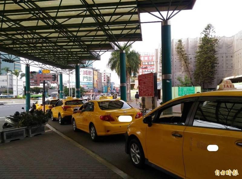 計程車紓困4陸續撥款,台南運將朋友將會收到市府簡訊提醒通知。(記者洪瑞琴攝)