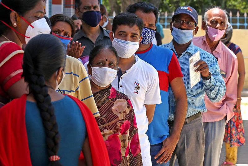 印度班加羅爾民眾一日排隊等著接種新冠病毒疫苗。(歐新社)