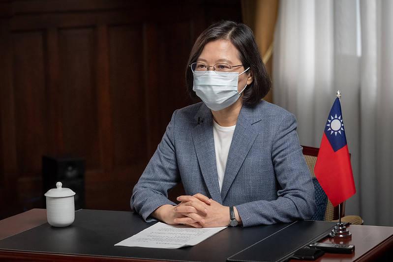 蔡英文總統於官邸,會見包括台灣商業總會、雙北商業會理事長等工商界團體代表,了解目前產業因應疫情狀況,並聽取各項建言。(總統府提供)