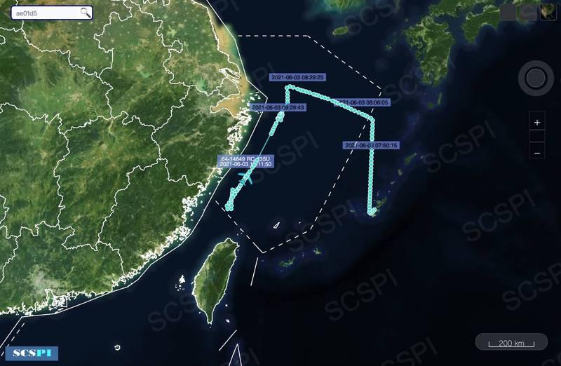根據中國智庫丶北京大學「南海戰略態勢感知計畫(SCS)」今天在推特發佈訊息表示,美軍一架RC-135U軍機今天對中國進行抵近偵察。觀察其飛行路徑,簡直就像是「切蛋糕式」的飛行路線,中國當局對此也是莫可奈何。(圖:取自SCS推特)