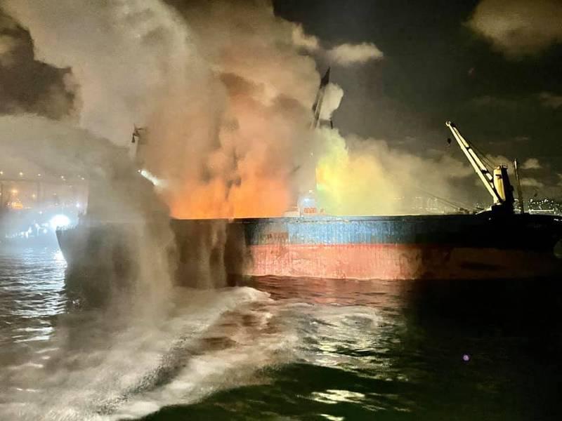 位於香港九龍半島西面的昂船洲昨傍晚驚傳有貨船起火,火勢到今晨仍未撲滅,由於船上載有大量金屬廢料,周邊煙霧彌漫,多區民眾在聞到臭味後頻傳身體不適。(圖擷自香港消防處臉書)