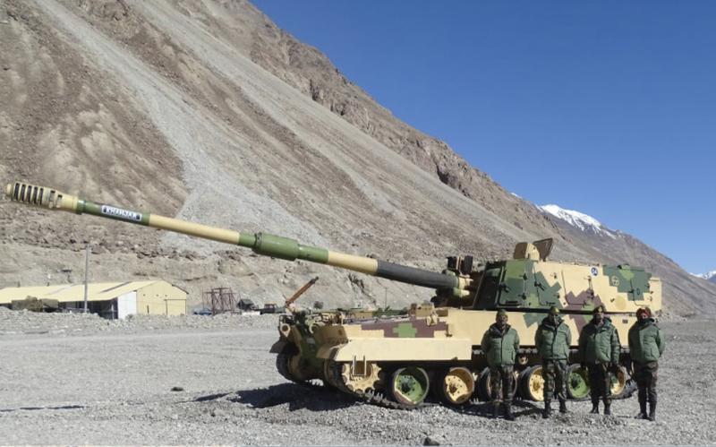 印度近日部署韓製155公厘重型自走砲「K9」至邊境拉達克地區,印度陸軍副參謀長莫漢蒂(Mohanty)也到場視察。(翻攝自印度陸軍)