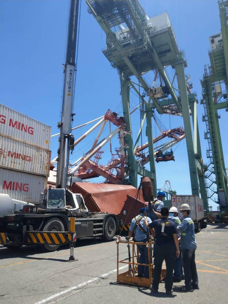 高雄港70號碼頭一座橋式貨櫃起重機遭貨輪撞擊倒塌,幸僅1名工人輕傷。(高雄市政府提供)(記者許麗娟攝)