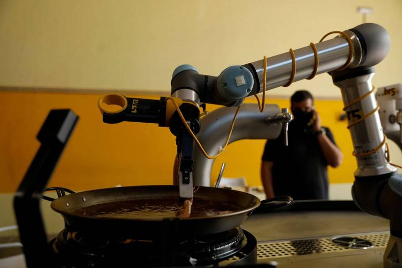 西班牙科技公司BR5開發「西班牙海鮮飯」機器人,可烹煮出與道地的西班牙美食。(路透)