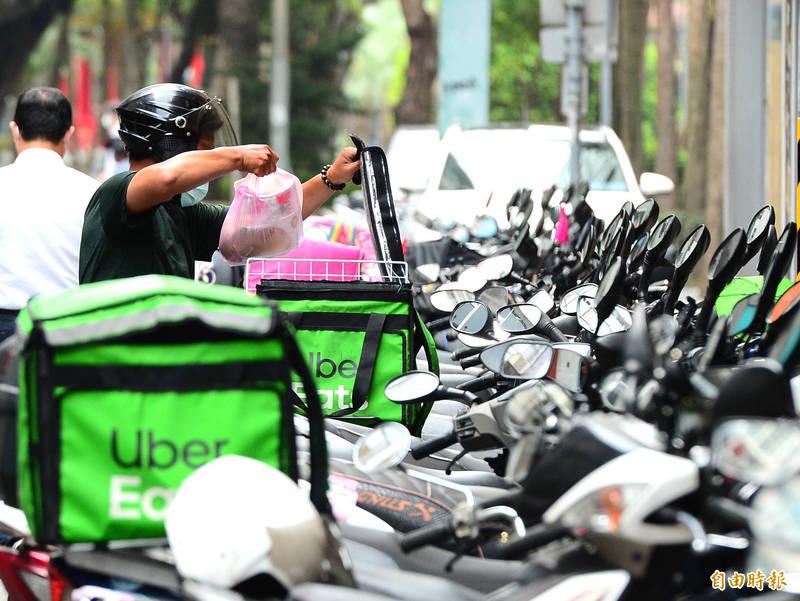 外送員在臉書社團「Uber eats全台討論區」發文爆料薪資倍率調降。(資料照)