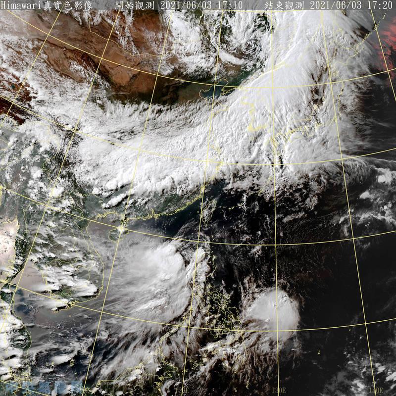 中央氣象局指出,彩雲颱風目前位於菲律賓呂宋島西方海域,至明(4日)下午2時前將轉往東北方移動。(圖取自中央氣象局)