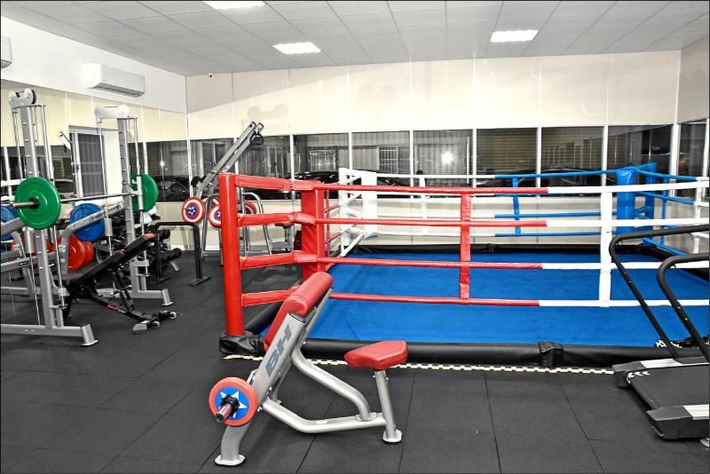 打手訓練基地設置搏擊格鬥擂台,用來培養打手的兇狠度。 (記者張瑞楨翻攝)