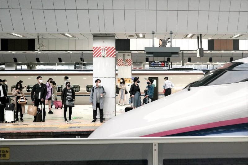 日本新幹線日前驚爆司機員暫離工作崗位時找車掌代駕的醜聞。圖為今年4月底日本黃金週時的東京車站月台與一列新幹線列車。(彭博檔案照)