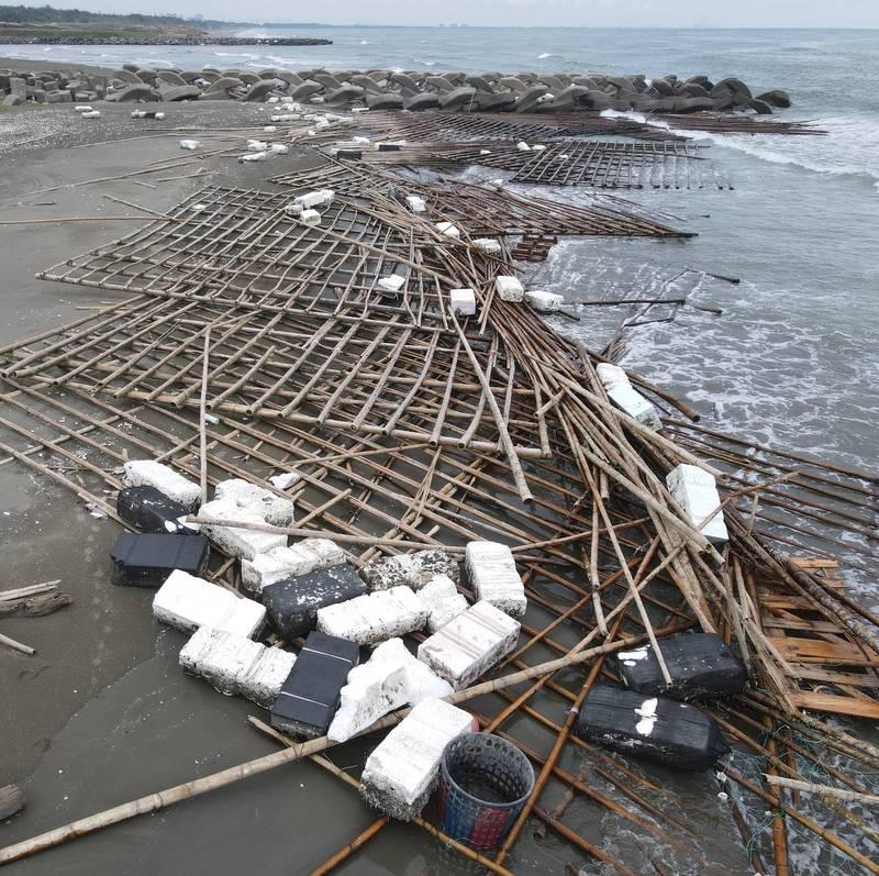 台江國家公園鹿耳門北岸的保麗龍和蚵架,上週才剛清完,現在海岸線又被攻陷了。(晁瑞光提供)