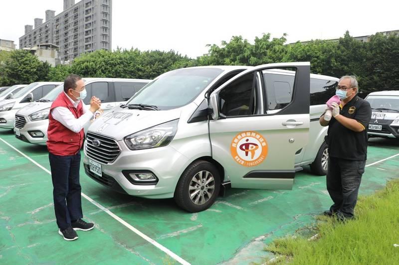 新北市長侯友宜(左)視察防疫車隊,對於日本捐贈疫苗給台灣表示感謝。(新聞局提供)
