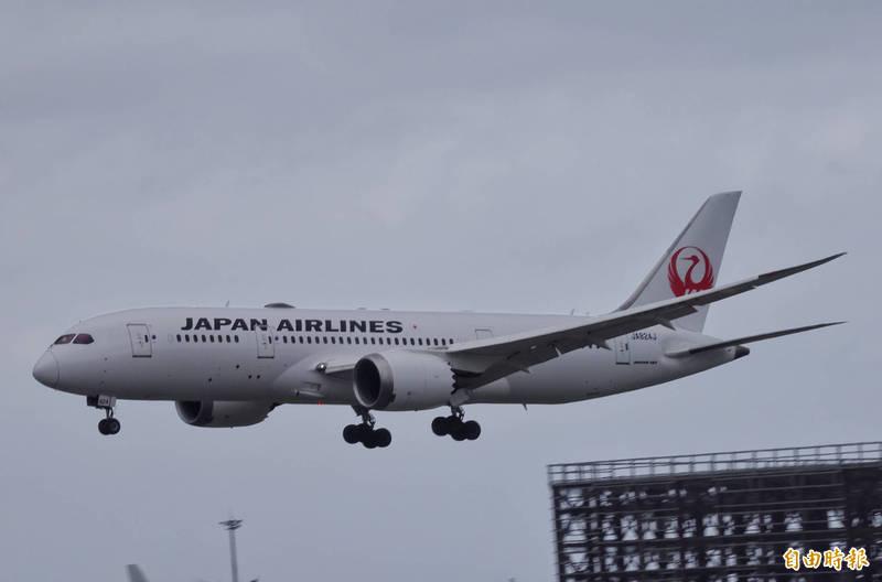 日本航空載運124萬劑疫苗班機抵達桃園機場。(記者劉信德攝)