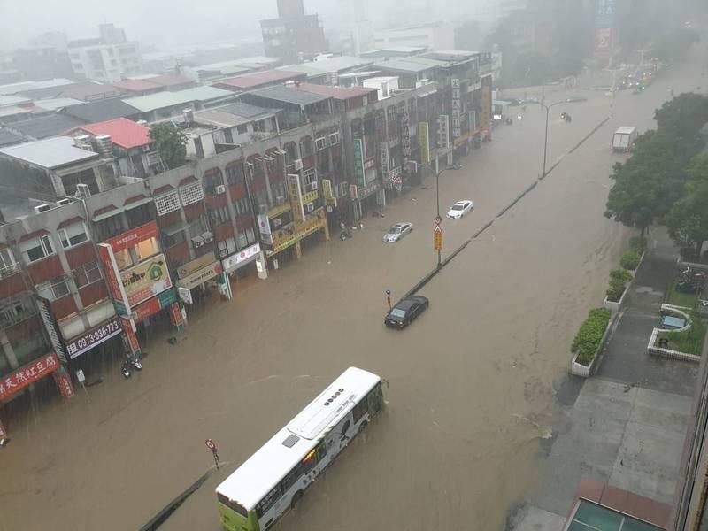 北市東區大淹水(記者邱俊福翻攝)