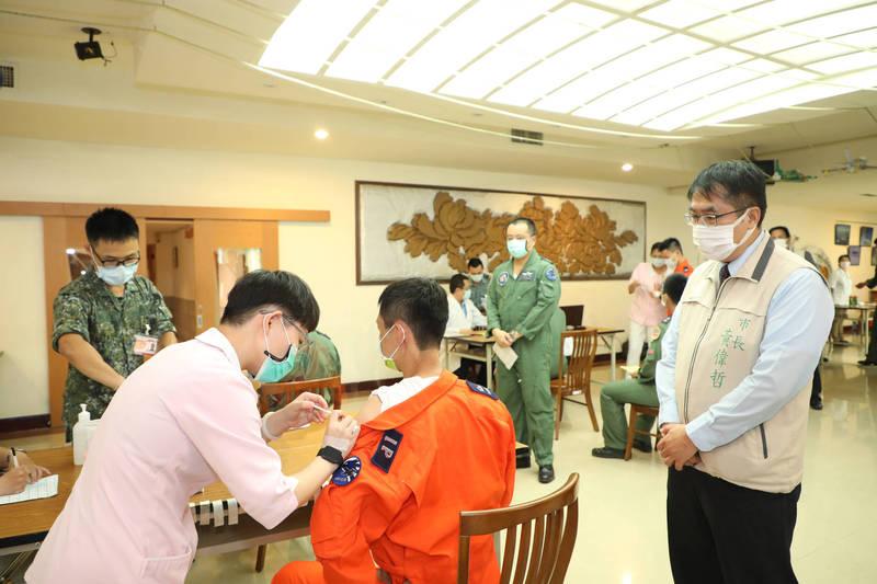 台南空軍基地飛行及技勤同仁今天由岡山醫院協助施打疫苗,市長黃偉哲也到場關心。 (台南市政府提供)