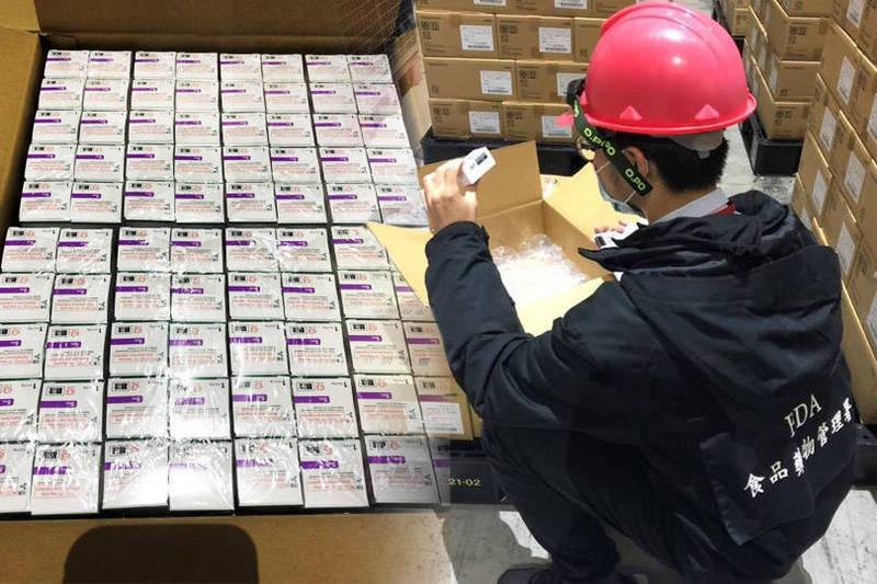 食藥署開始檢驗封緘124萬劑AZ疫苗。(食藥署提供;本報合成)